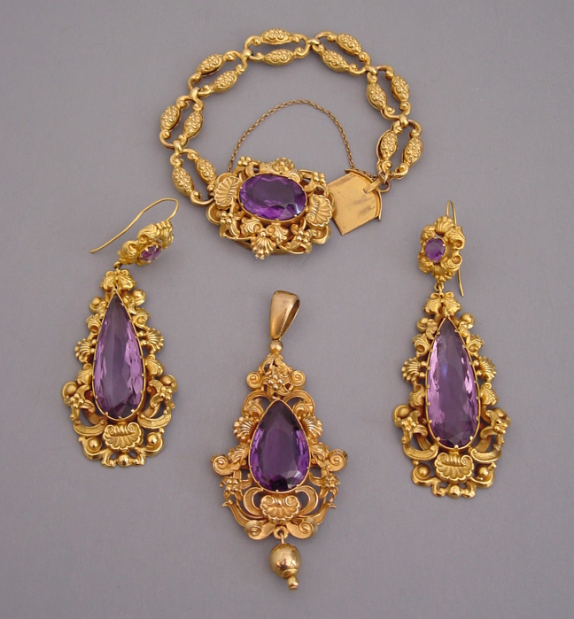 Georgian 15 Carat Amethyst And Yellow Gold Pendant Bracelet Earrings Set In Pinchbeck Circa 1840 The Stamped Settings Are Typical Of New